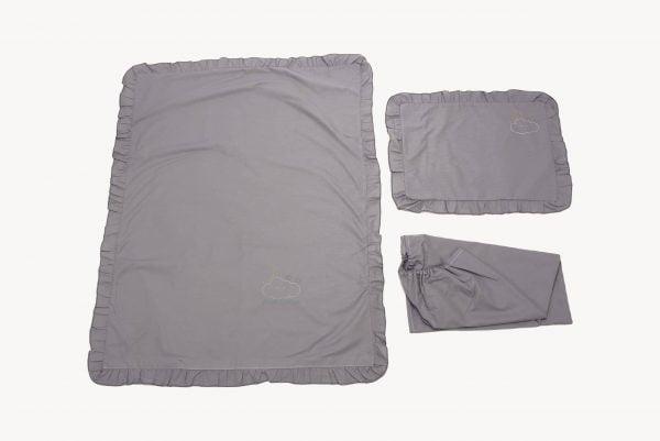Set lenjerie patut bebe, bumbac (cearceaf pat 70×140, cearceaf pilotă 100×140, față pernă 35×50), brodată, cu volan, GRI