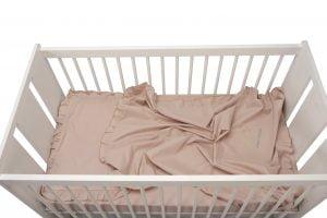 Set lenjerie patut bebe, bumbac (cearceaf pat 60×120, cearceaf pilotă 80×110, față pernă 35×50), brodată, cu volan, ROZ